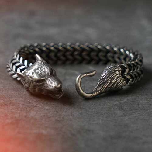 wolf bracelet alpha made of steei with a chain and a wolf head